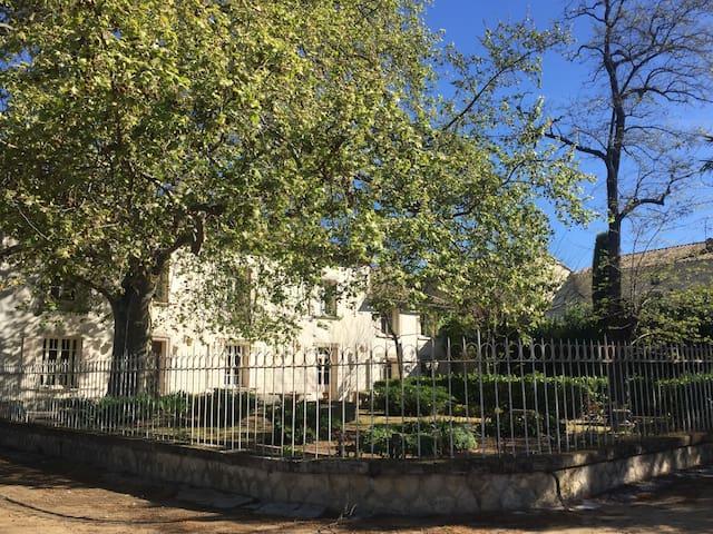 Maison de maître, 22 p., centre village - Saint-Geniès-de-Comolas