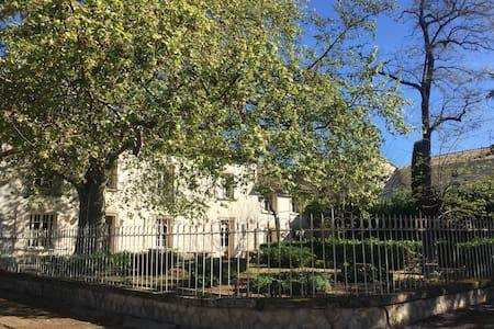 Maison de maître, 22 p., centre village - Saint-Geniès-de-Comolas - House