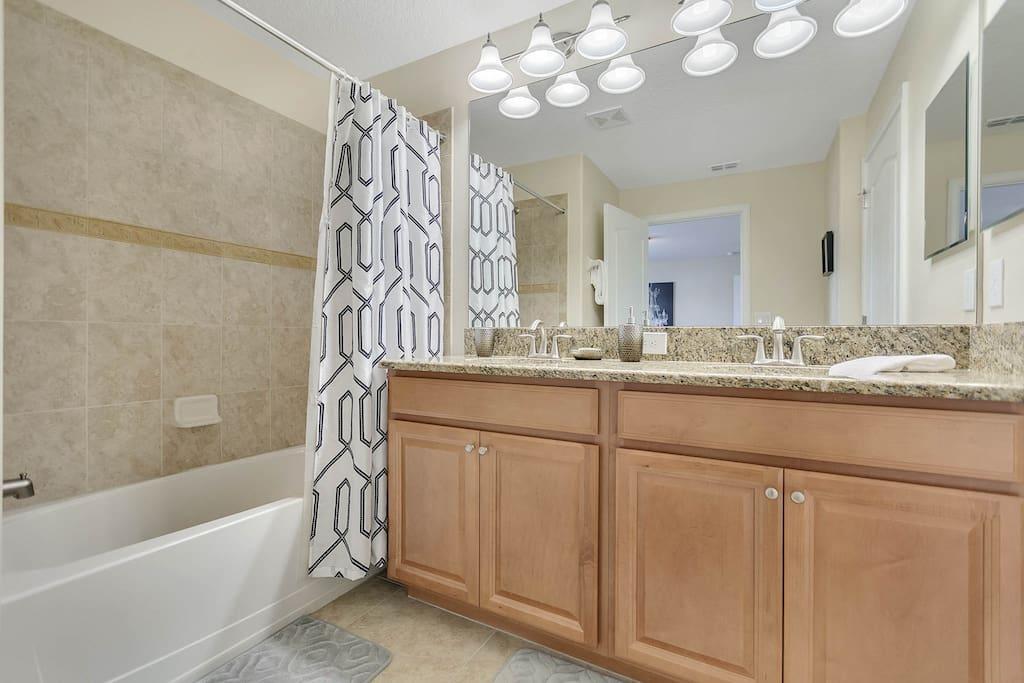 Master Bathroom: Upper Level