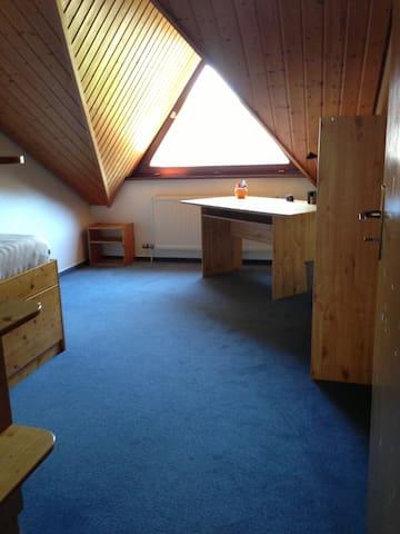 Zimmer in ruhiger und gemütlicher Doppelhaushälfte - Talheim - Casa