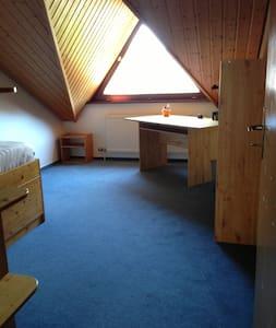 Zimmer in ruhiger und gemütlicher Doppelhaushälfte - Talheim - Talo