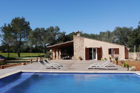 Casa en plena naturaleza con piscina y terraza.