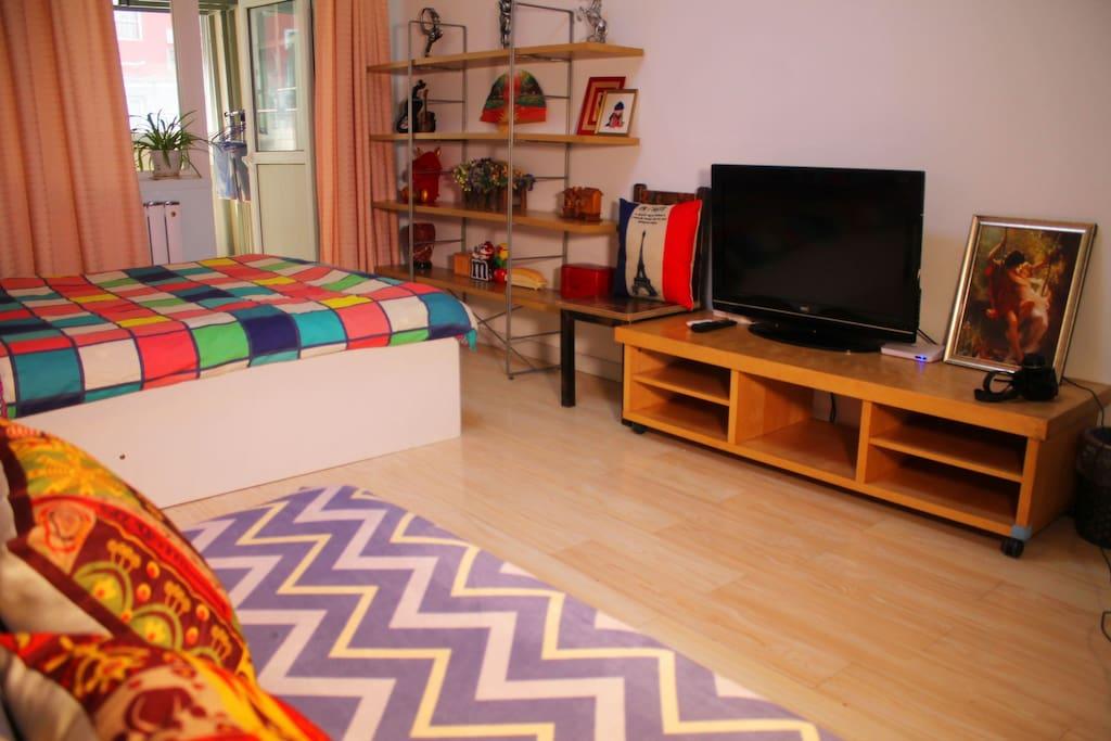 房间配有双人大床、沙发床、电视柜、藏品展架等