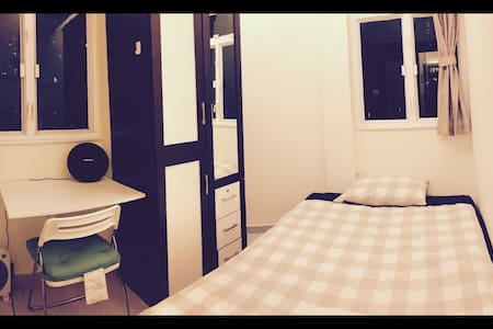 Private Room 1 minute to MTR with Free WiFi - Hong Kong