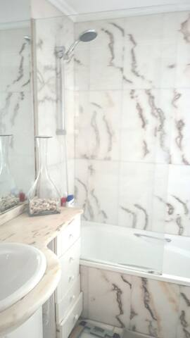 Habitacion con terraza y  baño inc. - Barañáin - Wohnung