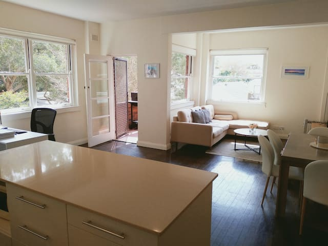 Beautiful Bright apartment 1 min walk from beach