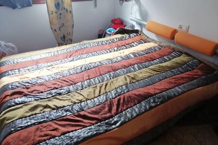 Habitación amplia de cama de matrimonio de 1,50.