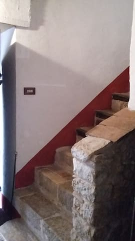 scala interna per il primo piano.Internal staircase,1st floor.