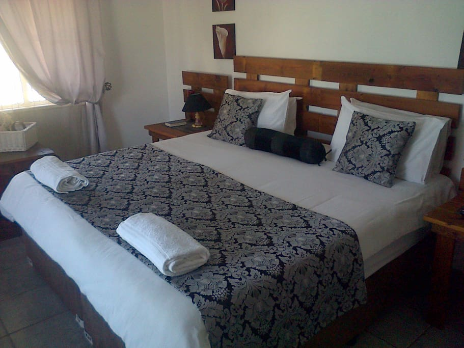 Room 2, Luxary room with flatscreen TV, DSTV, airconditioned