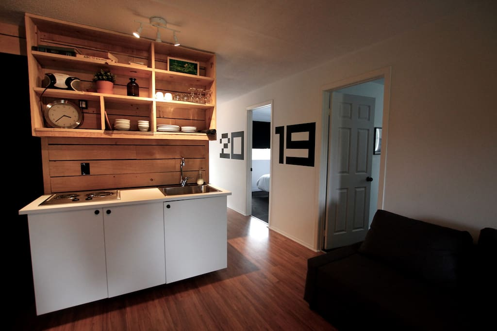 Espace salon, coin repas et cuisinette
