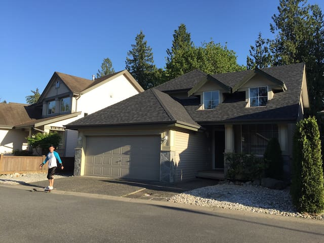 Comfortable 4 bedrooms basement - Langley - Casa