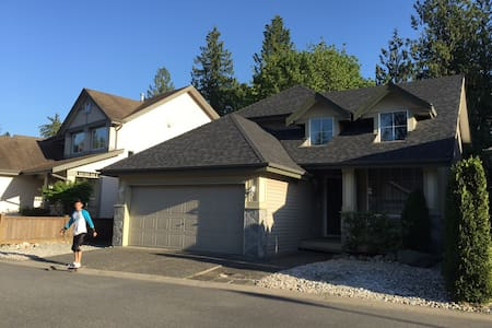 Comfortable 4 bedrooms basement - Langley - Haus