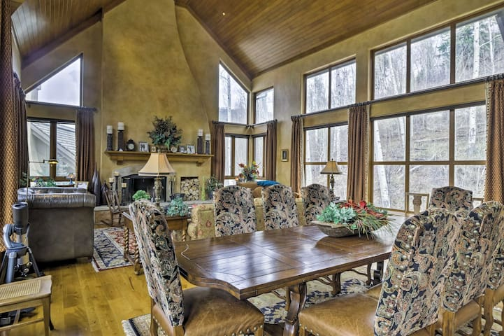 Luxe Greystone Escape w/ Hot Tub - Walk to Slopes!