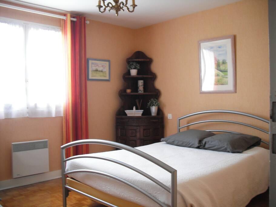 chambre lumineuse avec climatisation et placards