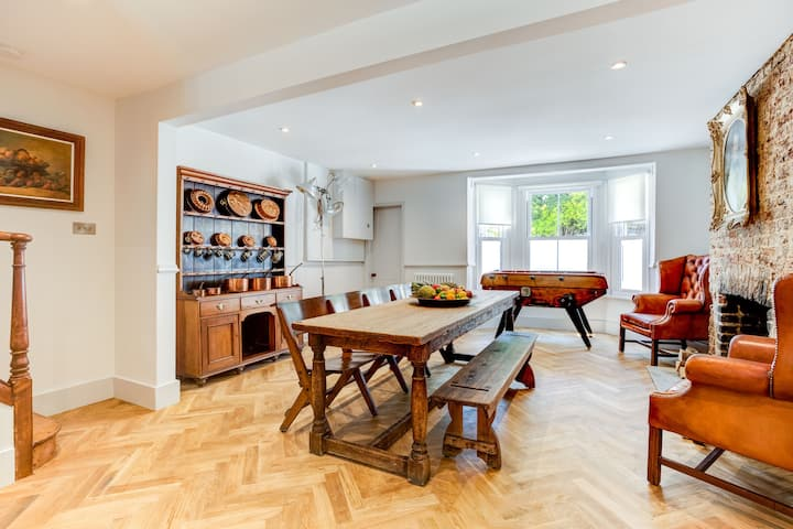 Stunning Seaside Home Moments From Alexandra Park