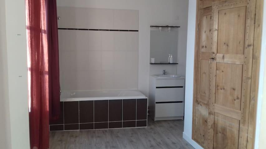 chambre meublée avec salle de bain