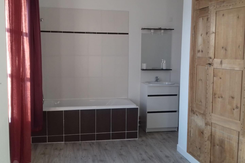 loue une chambre avec lit deux personnes et salle de bain privative dans une maison à la campagne