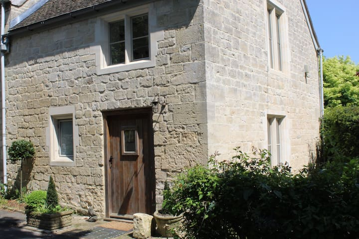Beautiful Cotswold Farm Cottage - quiet, views.