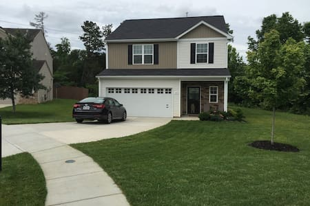 Cozy Bedroom w/Private Bath Near Charlotte - Mount Holly - 一軒家