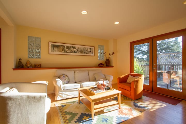 IDEAL IN-TOWN LOCATION; BRIGHT&BEAUTIFUL! 3bdr/3ba