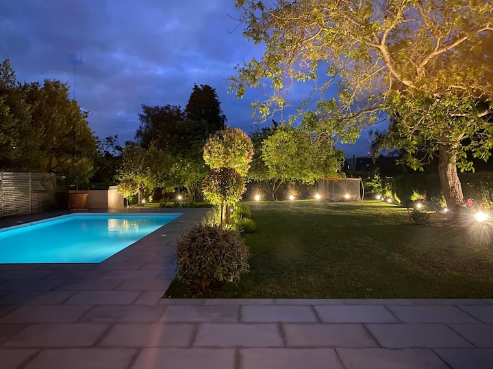 The Design House, luxury 4 bedroom & heated pool