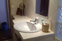 La salle de bain partagée assez spacieuse