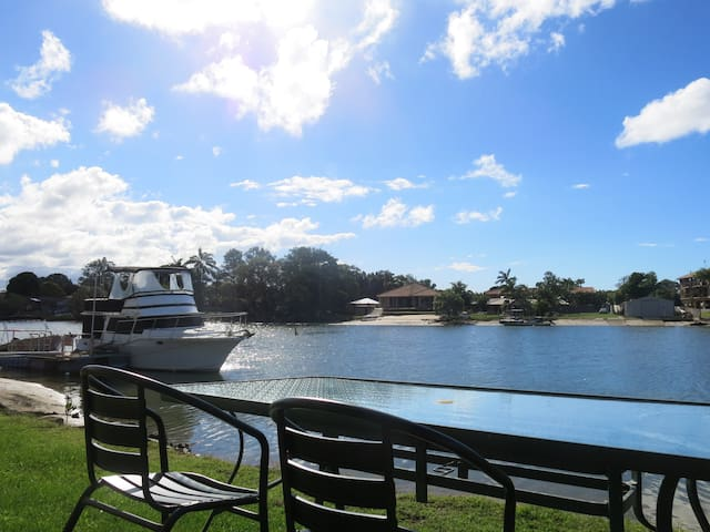 Waterfront Holiday Home, 7min to local surf spots - Tweed Heads West - Casa
