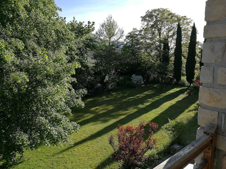 Vue du balcon de la chambre, donnant sur le jardin, plein sud.