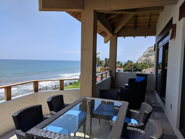 3 Bedroom Beachfront Penthouse w/ Pool & Beach