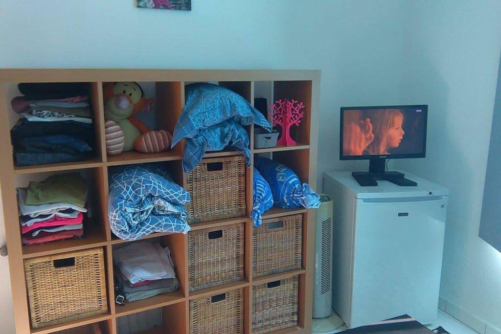 Espace rangement, ventilateur, congélateur, télévision