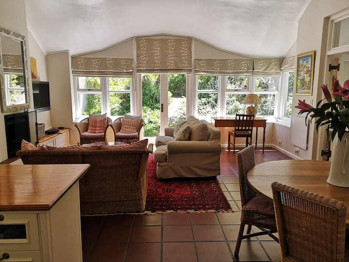 Charming, separate cottage, work/relax/escape.