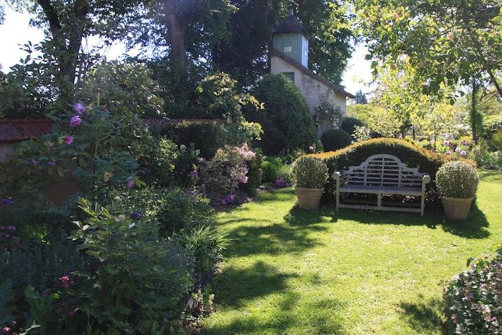 Dans une maison de charme avec jardin de passionné