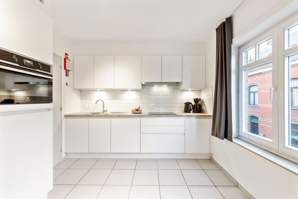 Fully equipped kitchen with dishwasher, 2 fridges, freezer, microwave/oven, coffee machine,...