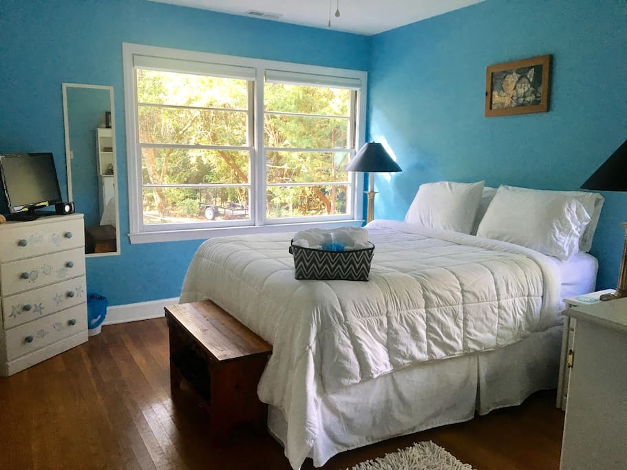 """The """"Blue Room"""" Comfy queen size bed, TV with Cable, Netflix, Hulu, Amazon, Coffee Maker and blackout blind. Closet and dresser space."""