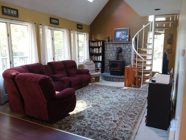 Large Home Sleeps 14 Close to Mountains & Shopping