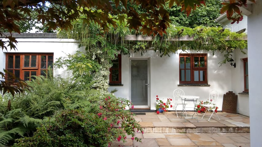 Secluded self-contained Annexe near town centre