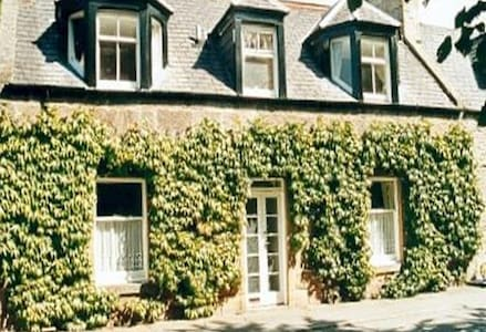 Quaint, traditional stone cottage - Dornoch - House