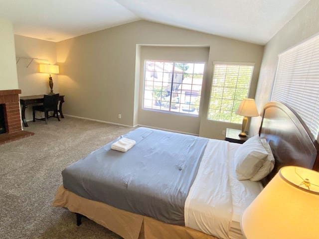 450 SF Large Bedroom with desk/TV/Wifi