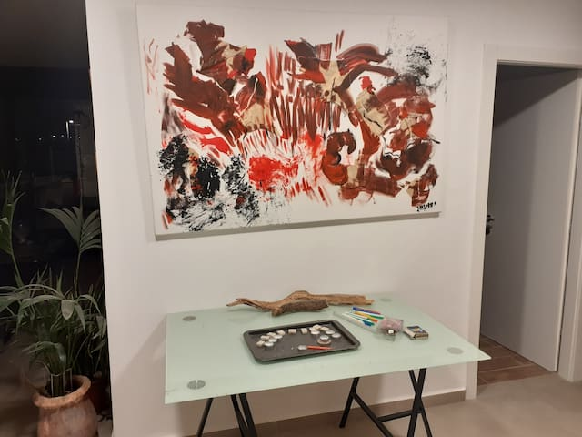 דירה מודרנית ומוארת. ציורים מרהיבים. מטבח עץ מרווח