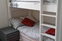 Chambre lit triple. Nombreux jeux et livres pour les enfants