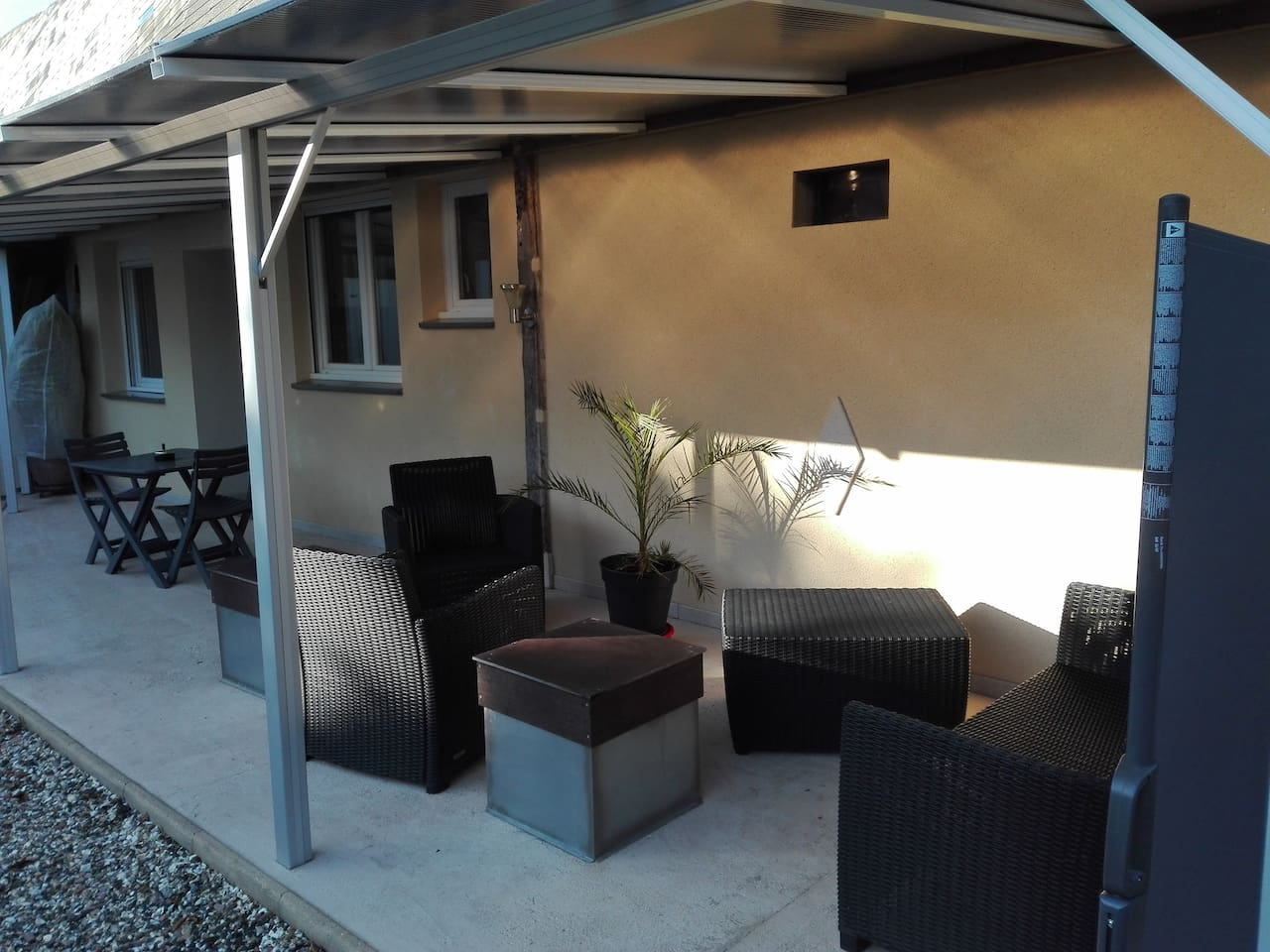 Terrasse couverte depuis le mois de novembre, offrant un bel espace en plus, plein sud en toute saison.