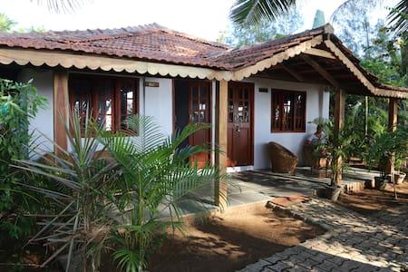 Charming Portuguese style AC room Gui - Canacona