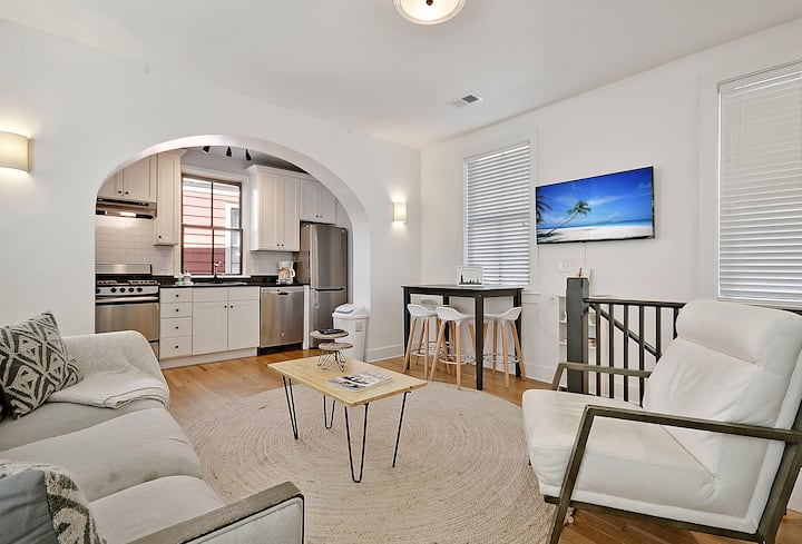 Saturn - Modern Historic Home Steps From King Street!
