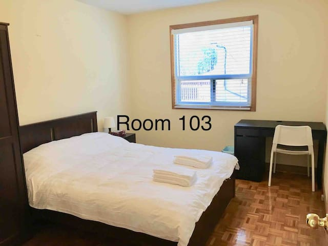 Comfy Queen Bed Near YYZ Airport Subway