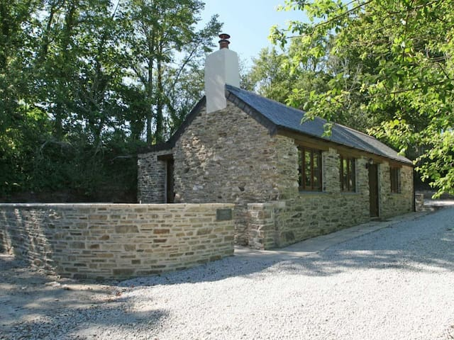TREGYE COTTAGE, with open fire in Truro, Ref 959435