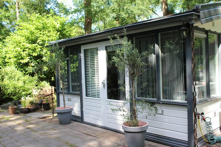 Houten chalet - tiny house grote tuin met privacy