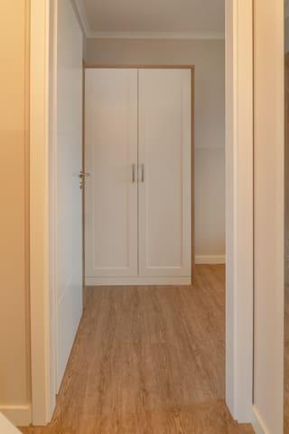 Blick vom Flur ins kleine Schlafzimmer.