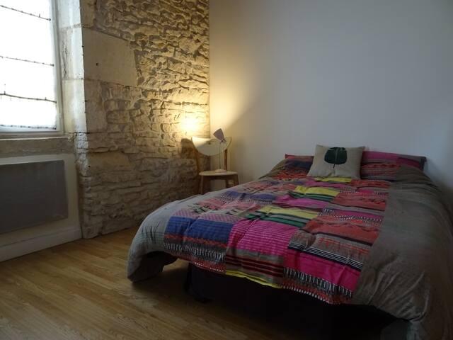 Chambre avec mur en pierre apparente