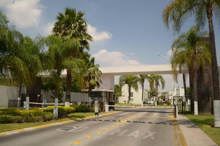 HABITACION c/cochera muy segura centro TLAQUEPAQUE