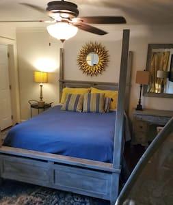Private guest Suiteon lake/priv entry/bath,Hot Tub